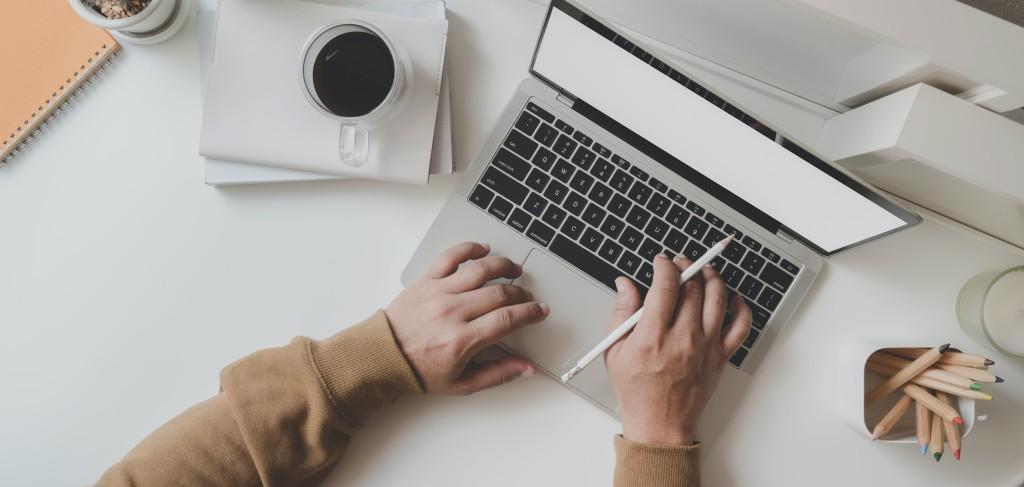working-man-is-typing-on-black-frame-laptop-3774082